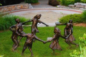 Скульптура «Играющие дети» в Петербурге на наб. р. Фонтанки