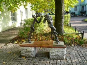 Скульптура «Скамья советов» в Петербурге на Университетской наб.