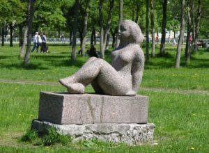 Скульптура «Восходящее солнце» в Петербурге около «Ленэкспо»