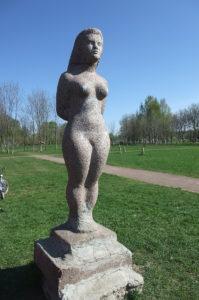Скульптура «Девушка» в Петербурге в Муринском парке