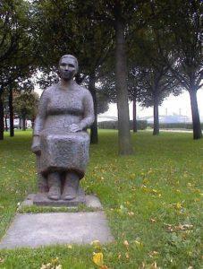 Скульптура «Мать солдата» в Петербурге на Свердловской наб.