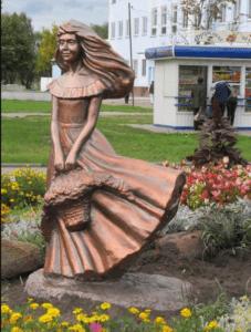 Скульптура «Девушка с цветами» в Петербурге около «Ленэкспо»