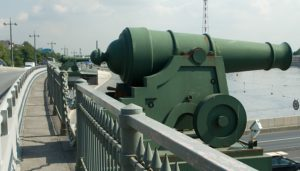 Декоративные элементы пушки, шлемы, щиты, рыбы в Петербурге у Ушаковского моста