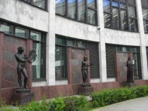 Композиция из 10 скульптур в Петербурге на Московском проспекте