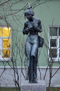 Скульптура «Мадам Баттерфляй» в Петербурге на Университетской наб.