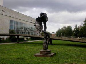 Скульптура «Роза» в Петербурге на Пионерской площади