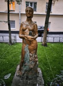 Скульптура «Женщина» в Петербурге на ул. Профессора Попова