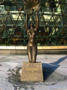 Скульптура «Русалка» в Петербурге на Петергофском шоссе