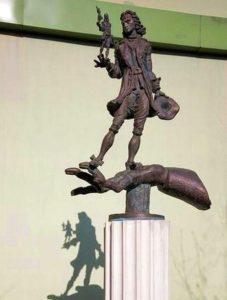 Скульптура «Гулливер» в Петербурге на Университетской наб.