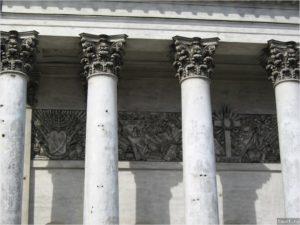 Фрагменты ионических колонн в Петербурге на пл. Искусств