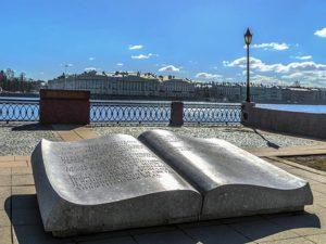 Памятный знак «Послание через века» в Петербурге на Университетской наб.