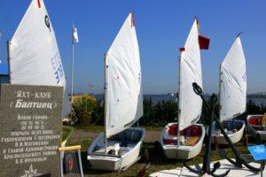 Памятный знак яхт-клуба «Балтиец» в Петербурге на Петергофском шоссе