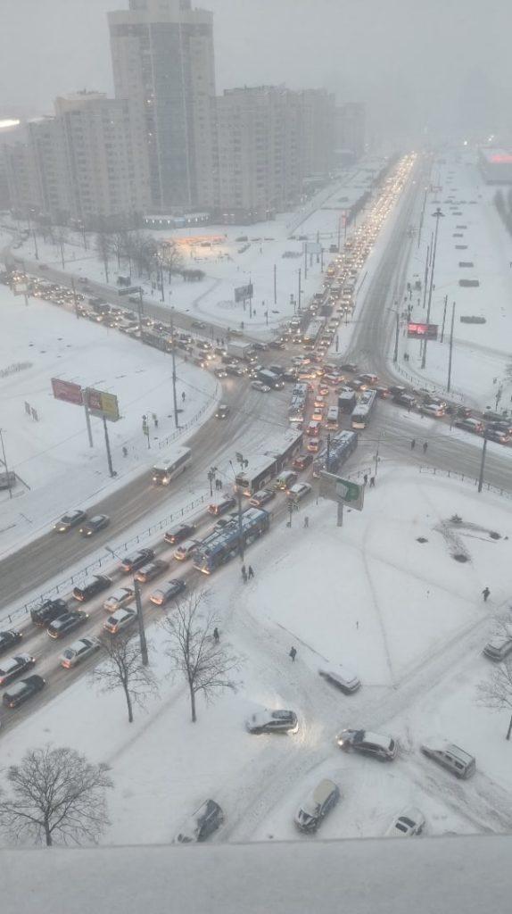 В Петербурге снова снег. На дорогах скользко и опасно.