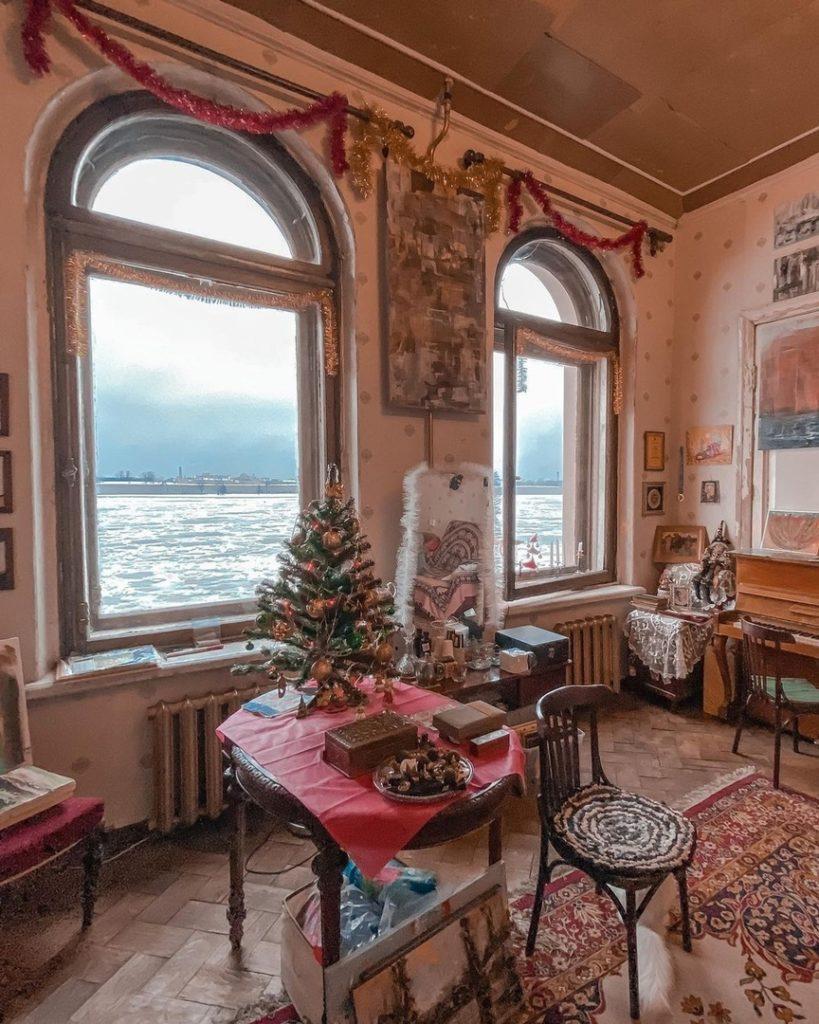 Коммуналка Петербурга с видом на Петропавловскую крепость
